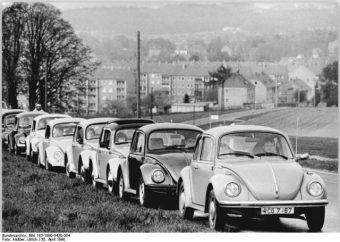 Schwarz-Weiß Bild einer VW Käfer Ralley: Langer Korso aus verschiedenen VW Käfers