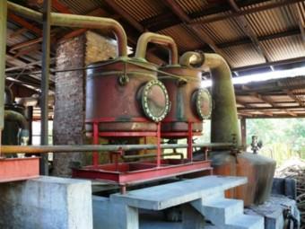 Bild einer alten Destilliermaschine zur Herstellung von Branntwein