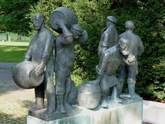 Statue von Arbeitern mit Bierfässern
