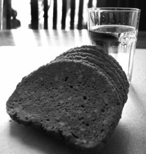 Foto von Wasser und Brot