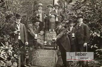 Schwarz-Weißaufnahme biertrinkender Studenten