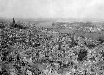 Die Stadt Köln 1945 in einer Luftaufnahme, die ein großes Ausmaß der Zerstörung zeigt
