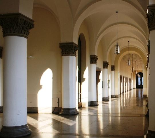 Lange Gänge führen an der LMU Münchenn in alle Bereiche des Hauptgebäudes
