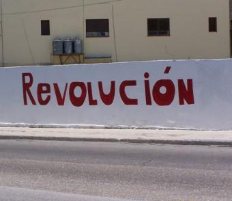 Schriftzug auf einer Hauswand: Revolucion