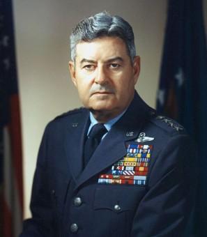 Portraitfoto von Curtis LeMay - hochdekoriert mit vielen militärischen Abzeichen