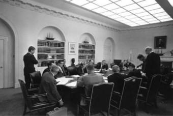 Foto des Ex-Comms im Weißen Haus: Die verantwortlichen Sitzen an einem Tisch zusammen