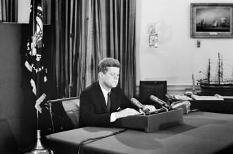 Fotoaufnahme von Kennedy der in einer Ansprache an die Nation die See-Blockade um Kuba verkündet