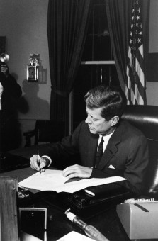 Foto von Kennedy der die offizielle Deklaration der See-Blockade um Kuba unterzeichnet