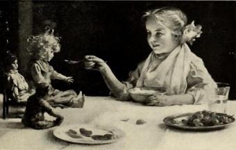 Bild eines kleinen Mädchens das schon schon in früher Jugend zur Hausfrau ausgebildet wird und ihren Teddy füttert