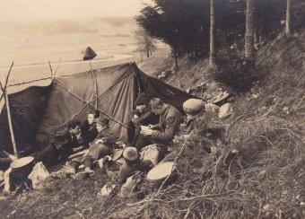 Eine Jungengruppe des Wandervogels vor ihrem Zelt liegend