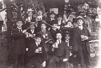 Studentengruppe im Freien beim Biertrinken