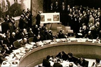 Fotoaufnahme des Weltsicherheitsrats am 25. 10 1962 mit Delegierten und Botschaftern der SU und der USA