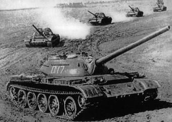 Sovjetische Panzer üben zur Zeit des Kalten Kriegs für den Ernstfall