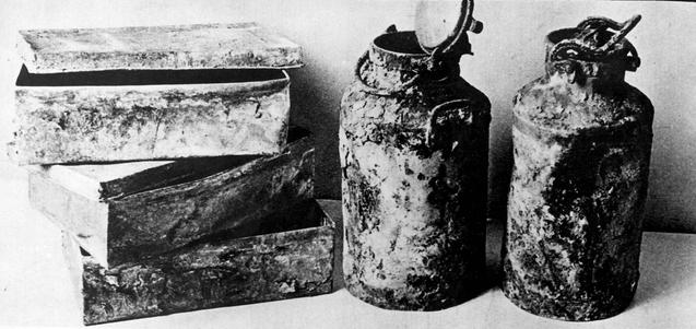 Historische Aufnahme des Archivmaterials von Oneg Shabbat: Mehrere Milchkännchen