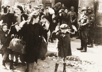 Bildaufnahme jüdischer Häftlinge im Ghetto, die von SS-Sturmtruppen abgeführt werden