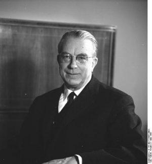 Portraitfoto von Hans Globke in einem Richterzummer