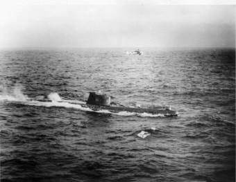 Luftaufnahme eines auftauchenden sowietischen U-Boots-B59 über dem ein amerikanischer Hubschrauber kreist