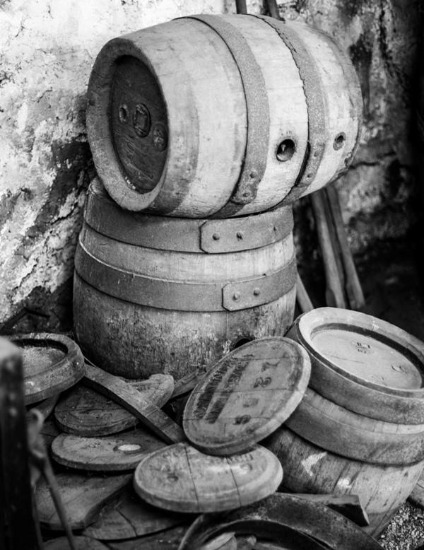 Alkohlfässer auf schwarzweiß Foto