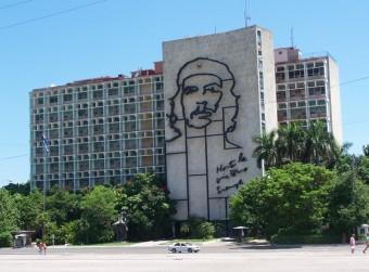 Che Guevara Denkmal an einem Hochhaus in Havanna