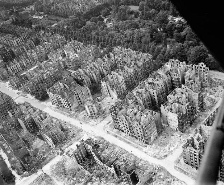 Luftaufnahmen eines vollkommen zerbombten Hamburger Stadtteils
