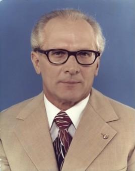 Foto von Erich Honecker im Anzug mit schwarzer Brille