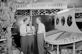 Foto aus der Wirtschaftswunderzeit, das das breite Angebot darstellt, das nach dem Mangel an Lebensmitteln in der Nachkriegszeit herrschte