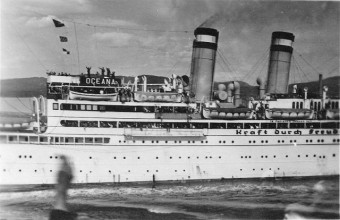 Foto des KdF Kreuzfahrtschiffs Ozeania mit winkenden Personen bei der Abfahrt