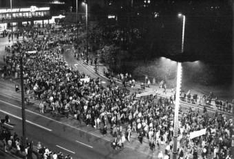 Foto von der Leipziger Montagsdemonstration mit mehreren tausend Menschen auf Leipzigs Straßen