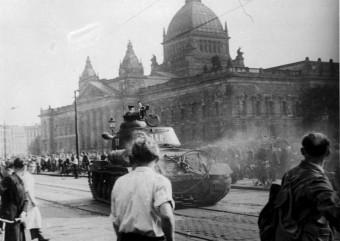 Foto vom DDR Volksaufstand in Leipzig, um den 17. Juni 1953 mit sowjetischem Panzer vor Leipziger Reichsgericht