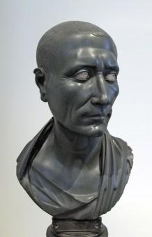 Schwarze Caesar Büste aus eingefärbtem Marmor im Alten Museum in Berlin auf einem Eisensockel