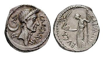 Vorder- und Hintergrund einer altrömischen Münzen aus Metall, Vorderseite mit Caesar, Hinterseite mit einer Frau mit nacktem Oberkörper