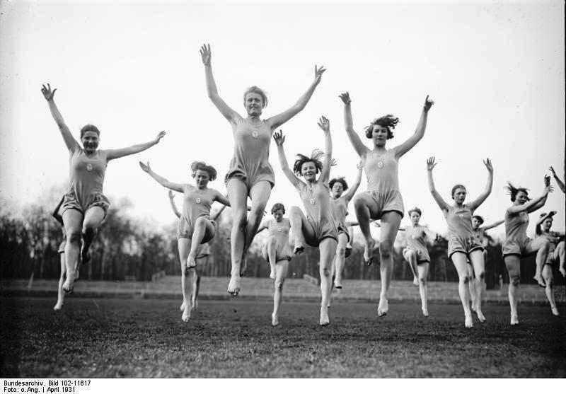 Hübsche, tanzende Schülerinnen der Logis-Schule Hannover zur Zeit der Lebensreform