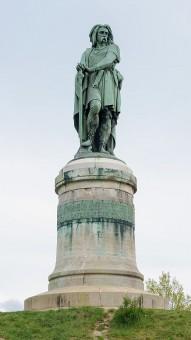 Foto der berühmten Statue von Vercingetorix par Millet im französischen Alise-Sainte-Reine