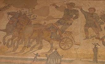 Ein Wandmosaik römischer Wagenrennen in der Villa del Casale Char