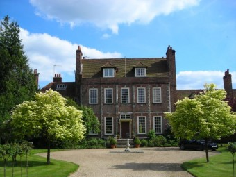Das Byfleet Manor House: Drehort der Serie Downtown Abbey