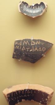 """Scherbenfunde mit den Namen """"Perikles"""", """"Kimon"""" und """"Arsteides"""". Bild: Qwqchris - Eigenes Werk. Lizenziert unter CC BY-SA 3.0 über Wikimedia Commons."""