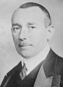 Portraitaufnahme von Karl Helfferich in Schwarz-Weiß