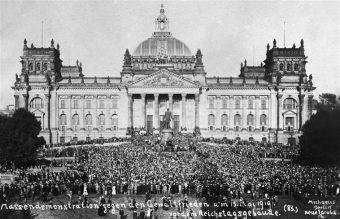 """Versailler Vertrag: Massenkundgebung vor dem Reichstag gegen den """"Gewaltfrieden"""""""