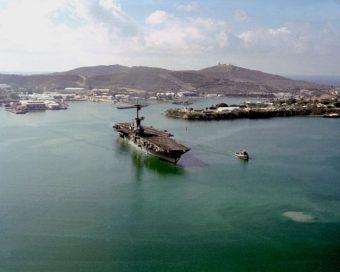 Guantanamo Bay 1991: Der Flugzeugträger USS Lexington verlässt die Basis