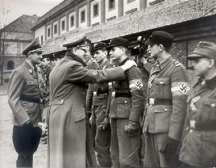 Bild mit Hitler und jungen Soldaten des Volkssturms