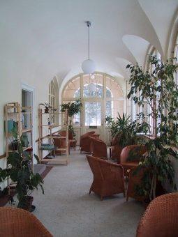 Aufnahme der Soteria Station Isar Amper Klink Muenchen mit Pflanzen und freundlicher Atmosphäre